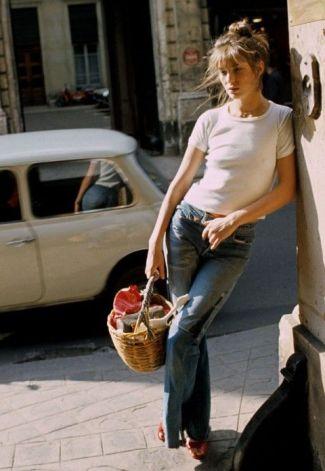 O clássico jeans e camiseta branca e sua inseparável bolsa de palha.