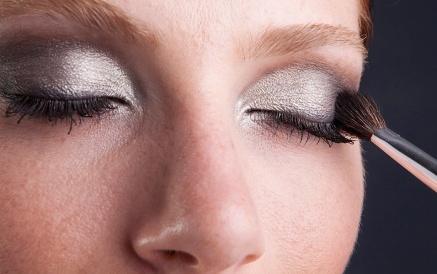 Maquiagem metalizada é sofisticada para usar à noite.