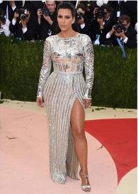 Kim Kardashian toda de prateada no Red Carpet.